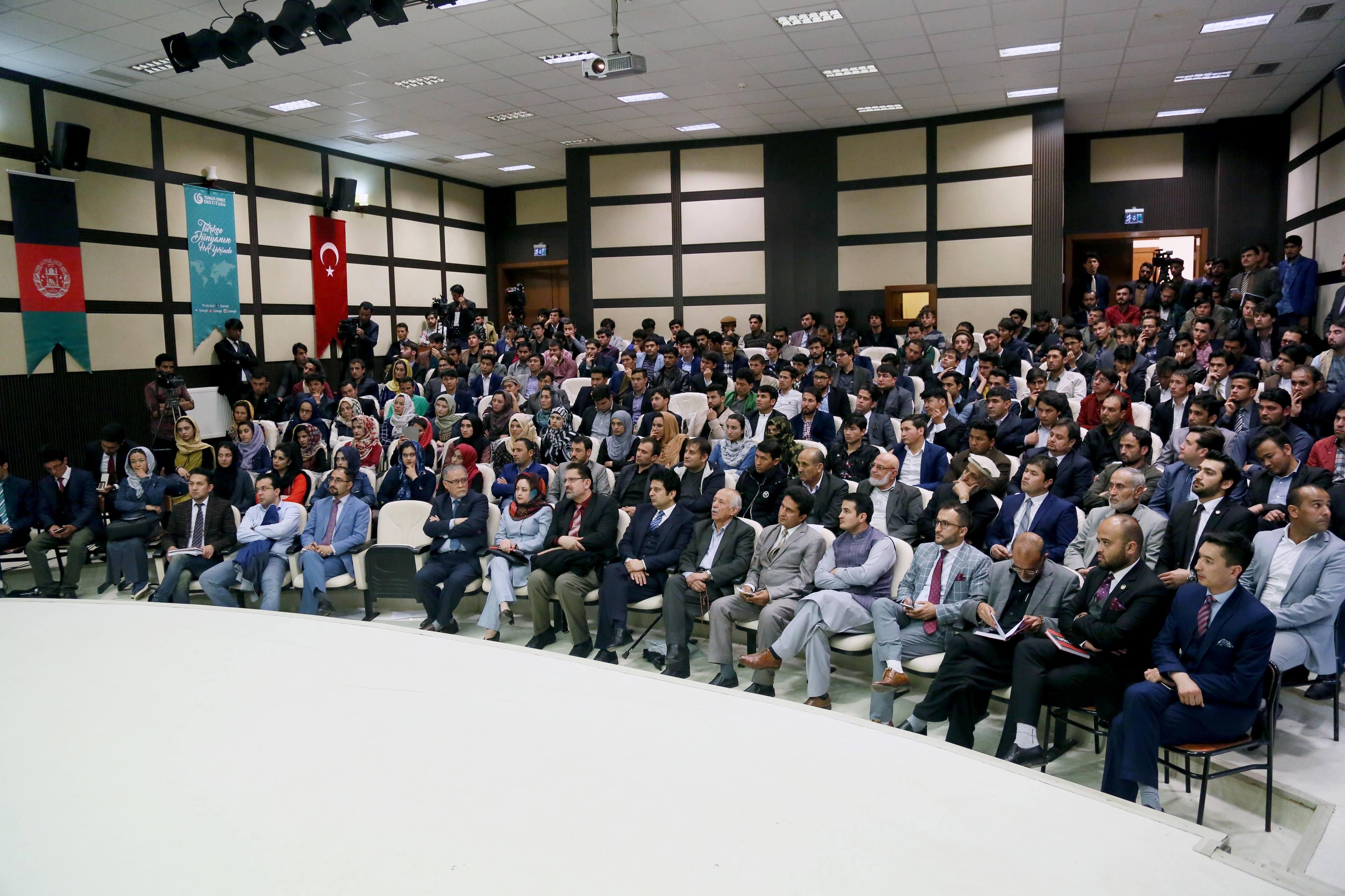 محفل رونمایی کتاب مباحث جدلبرانگیز در دانشگاه کابل